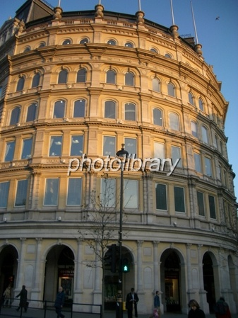 夕陽に染まるロンドンの円柱型の建物 写真素材