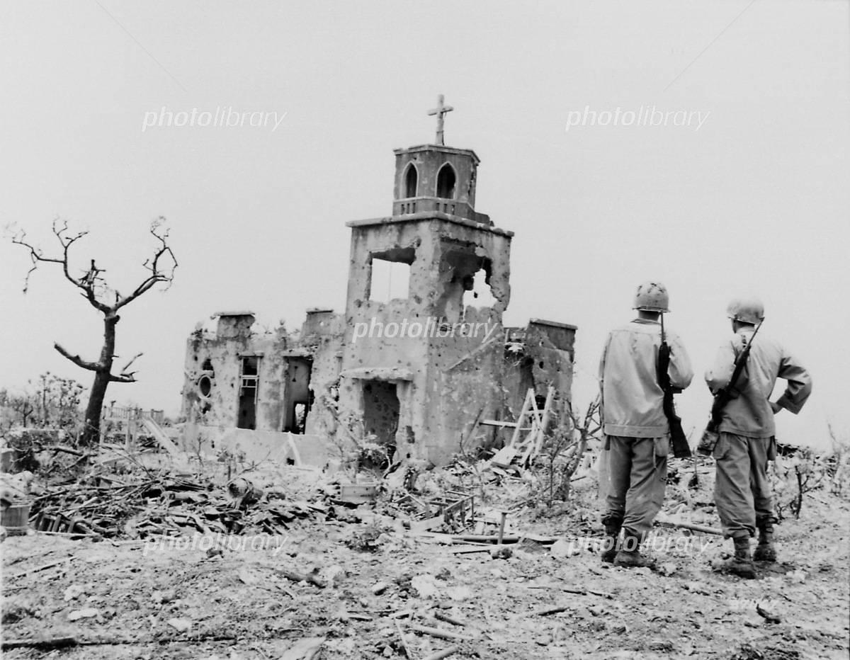 沖縄戦:廃墟と化した教会の写真