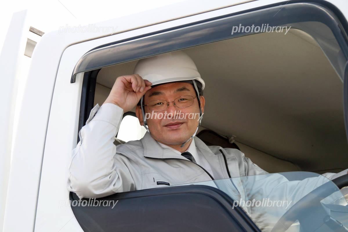 笑顔で運転する作業服の男性運転手 写真素材  笑顔で運転する作業服の男性運転手 画像ID 138