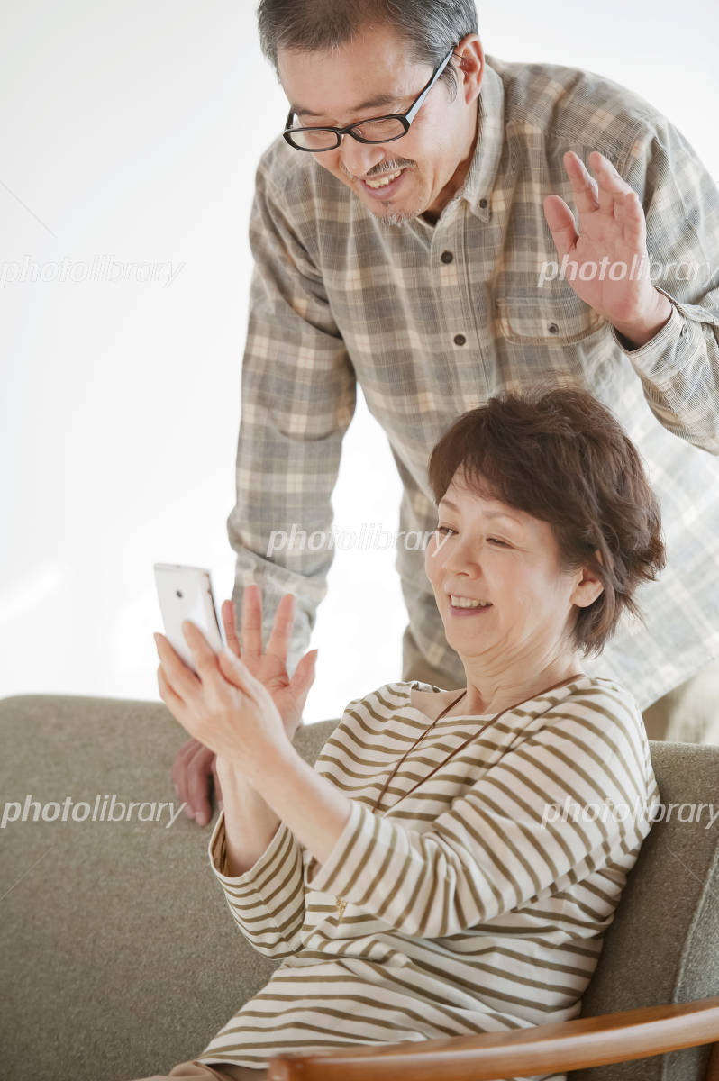 See the screen of the smartphone senior couple Photo
