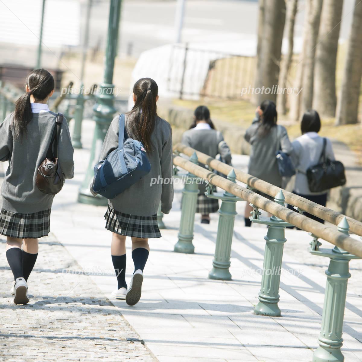 中学生の通学風景の写真