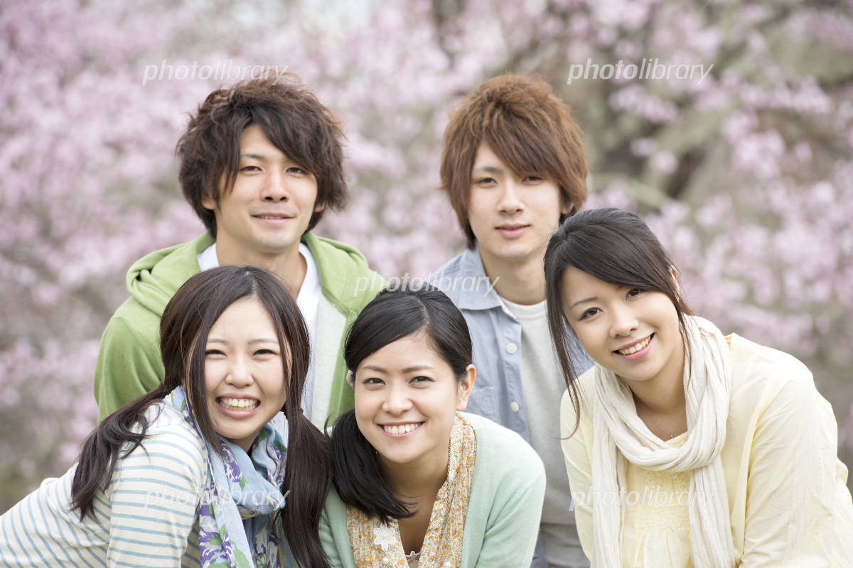 Young people who smile in front of Sakura Photo