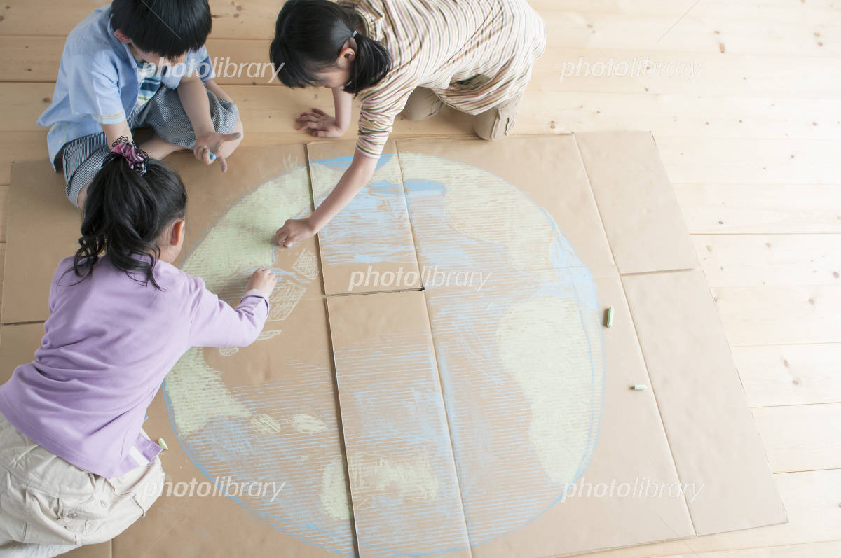 Children to draw a picture of the Earth in cardboard Photo