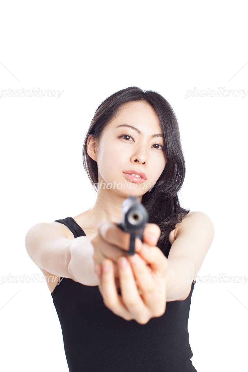 銃を構える女性 写真素材 2844319 フォトライブラリー Photolibrary
