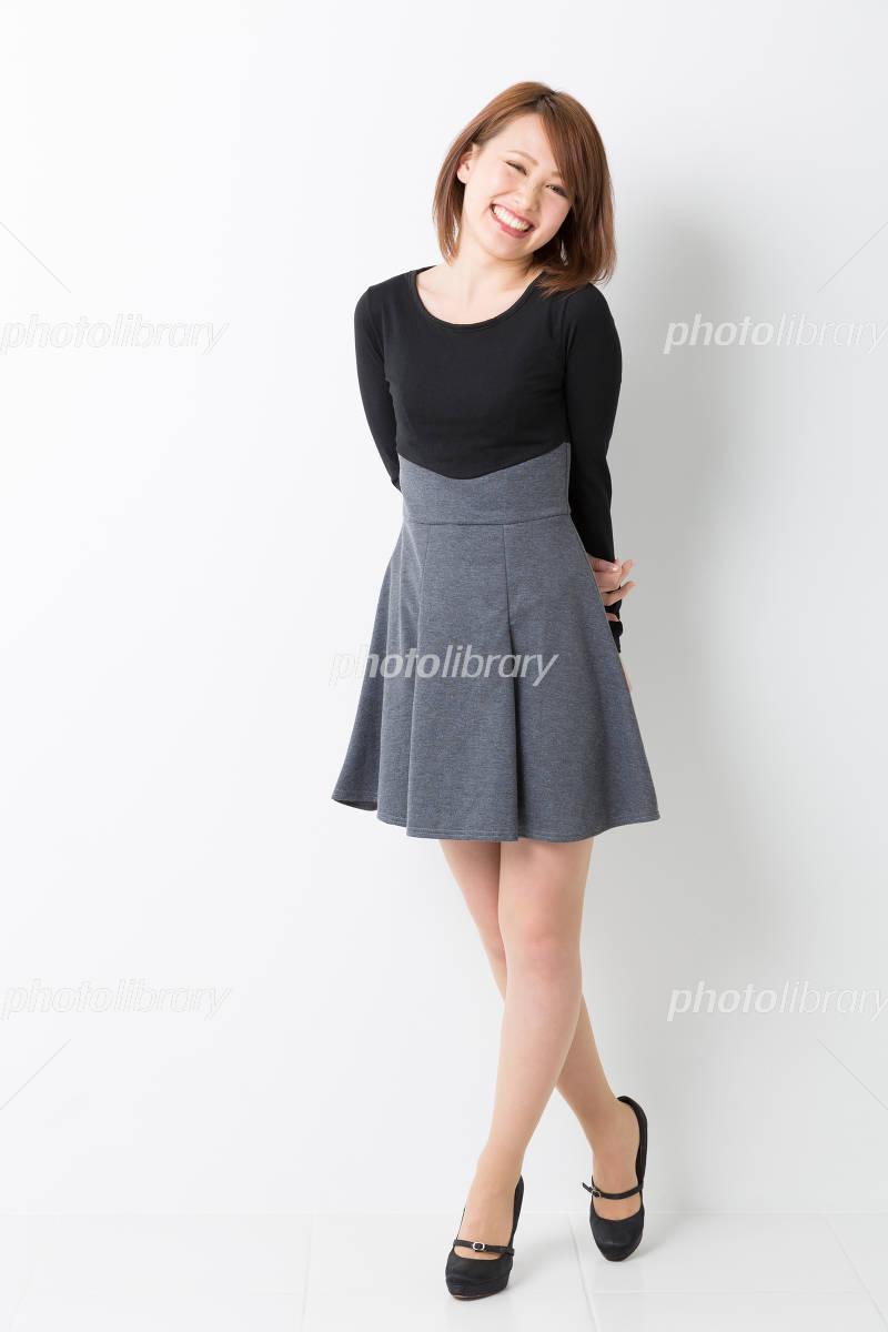笑顔の女性 全身 写真素材 [ 3186800 ] - フォトライブラリー photolibrary