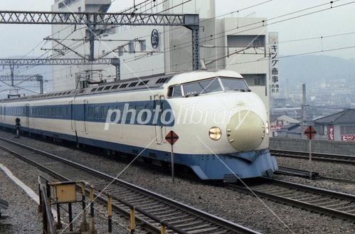 昭和時代の田舎の駅と丸い電車の写真