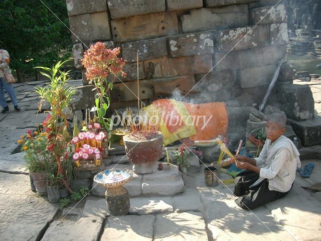 カンボジア・アンコール遺跡「バイヨンでお祈りする... カンボジア・アンコール遺跡「バイヨンでお
