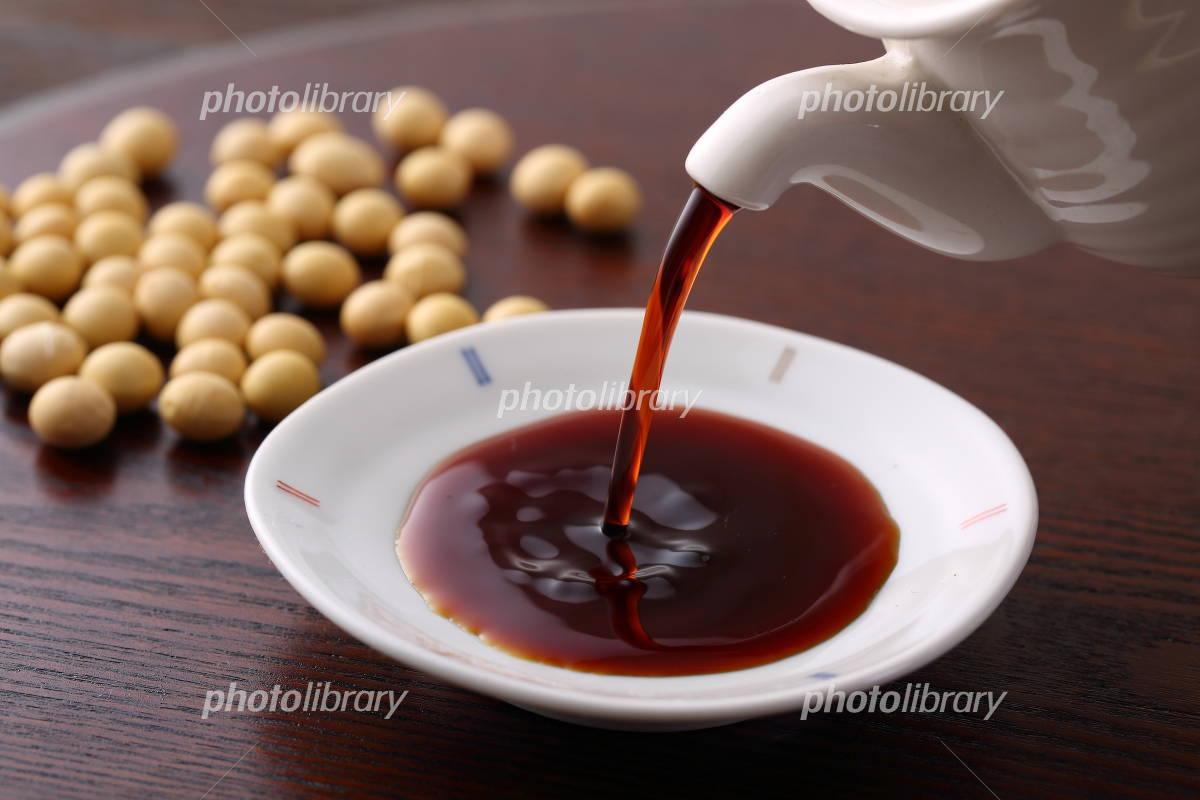 Pour the soy sauce Photo