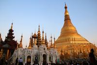 夕暮れのミャンマーのシュエダゴン・パゴダ
