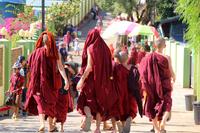 ミャンマーのゴールデンロックへ向かう僧侶