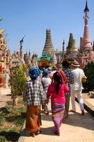 ミャンマーのカックー遺跡を参拝する少数民族