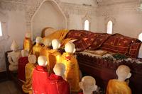 ミャンマーのカックー遺跡の涅槃仏