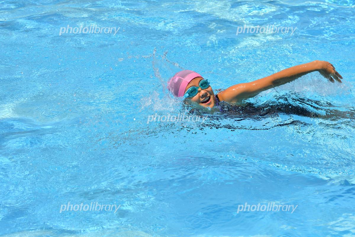 プールで泳ぐ女の子(クロール) 写真素材 [ 6106914 ] - フォトライブ ...