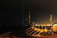 船のオブジェとイマジンピースタワー