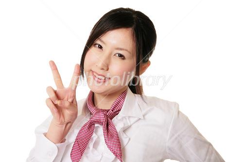 Vサインを出す女性 写真素材 [ 1321555 ] - フォトライブラリー ...