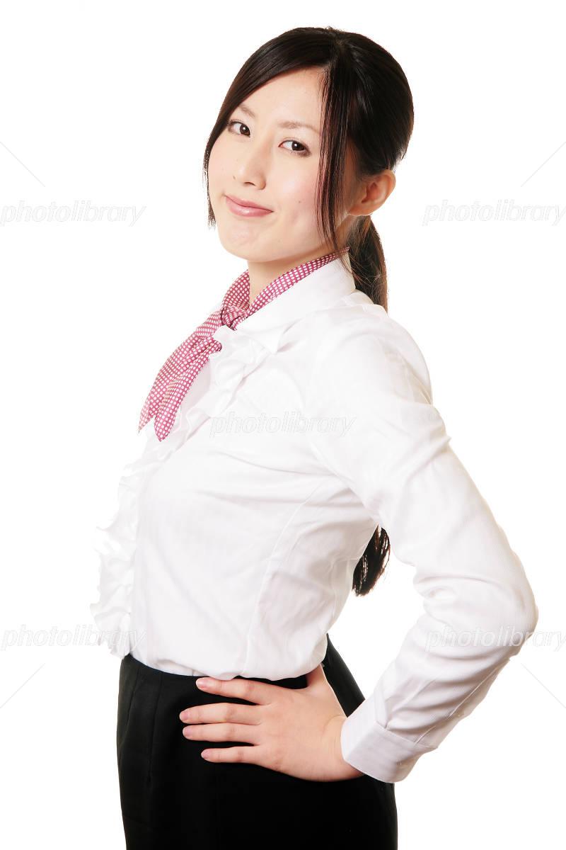 腰に手を当てる女性 写真素材 1321632 フォトライブラリー