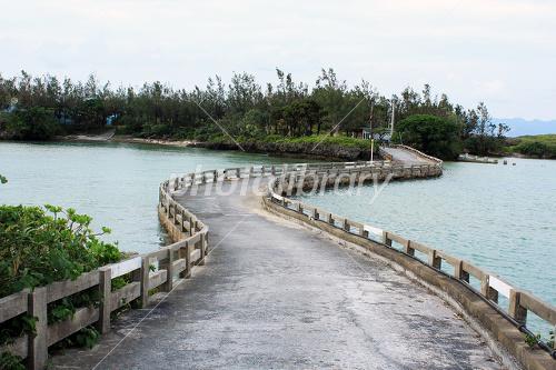 瀬良垣ビーチに架かる橋
