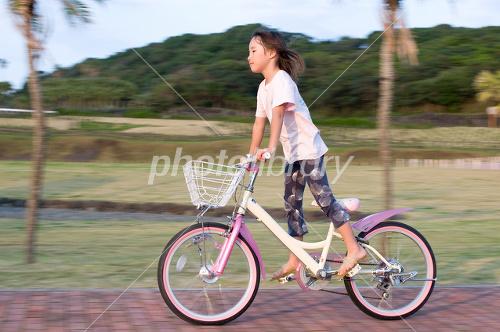 自転車に乗る女の子 - 写真素材 ...