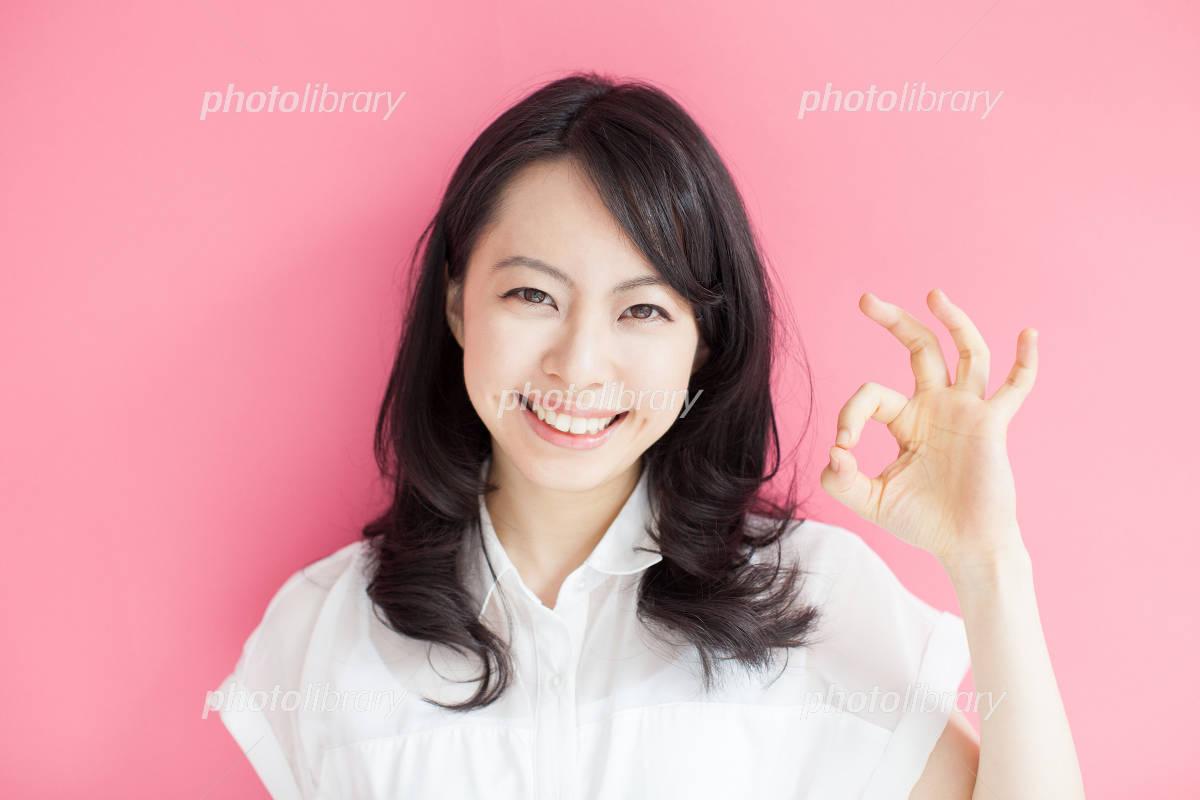 OKのジェスチャーをする女性-写真素材 OKのジェスチャーをする女性 画像ID 2579300
