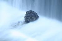 ダムの水に打たれる岩