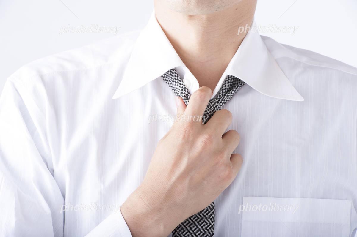 ネクタイを緩める男性 写真素材 4768568 フォトライブラリー