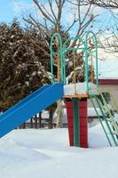 雪に埋まったすべり台