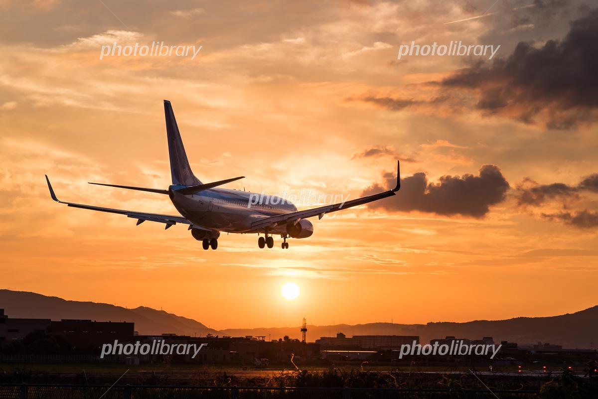 夕暮れの飛行機 ボーイング737の着陸態勢 写真素材 [ 5153091 ...