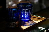 光射し込む青いカットグラス