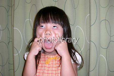 あっかんべーをする子供 写真素...