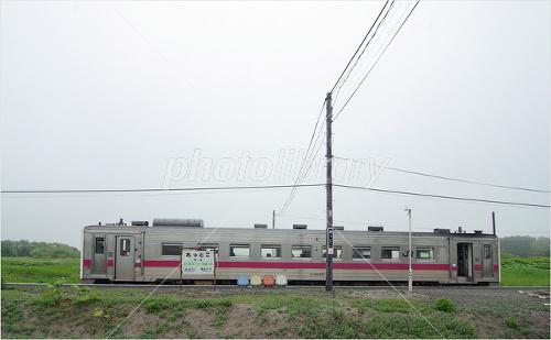 北海道 厚床駅に停車する単行列...
