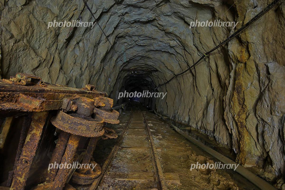 トロッコのある坑道の写真