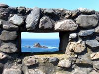 海辺の岩窓