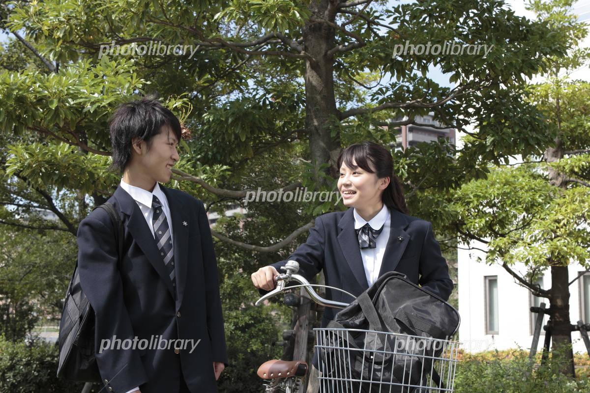 自転車の 通学自転車 : 自転車通学をする女子高生 ...