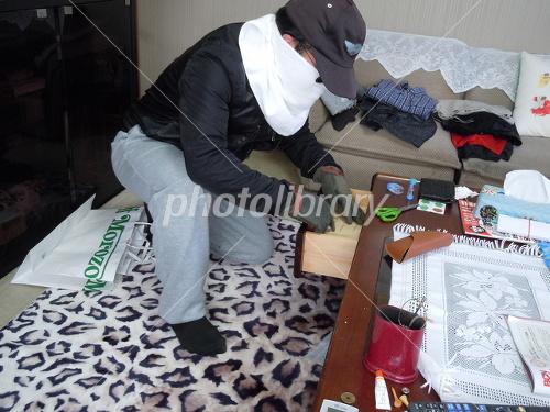 室内を物色する泥棒 写真素材 [ ...