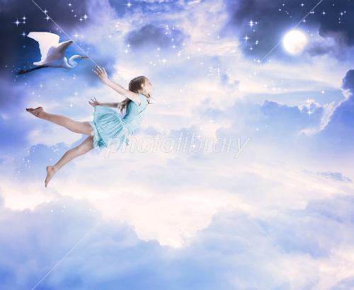 空を飛ぶ女の子 写真素材 2042133 フォトライブラリー Photolibrary