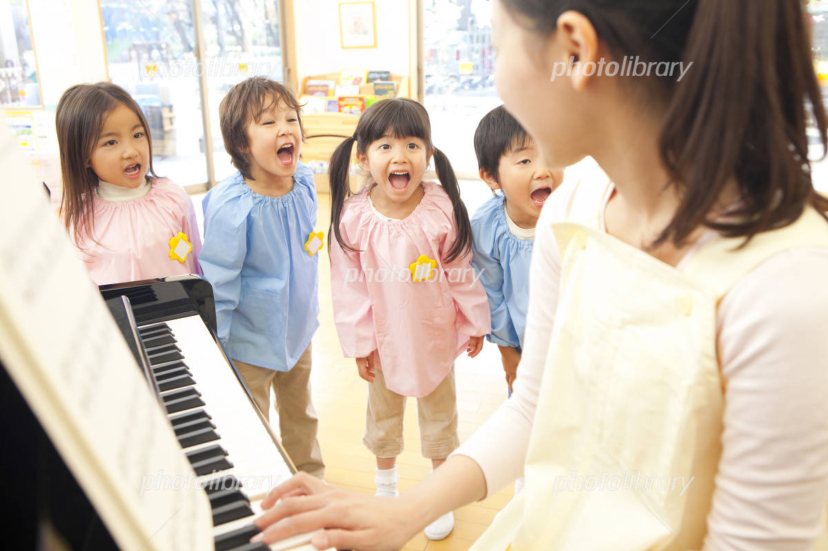 Kindergarten children to sing along to the piano of kindergarten teachers Photo