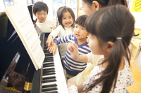 Kindergarten children to collect in the piano of kindergarten teachers Happy