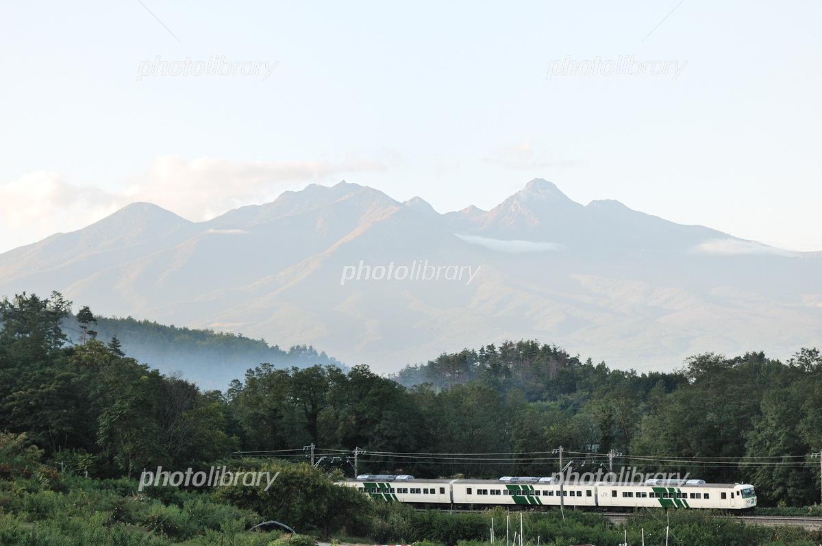 八ヶ岳と中央線185系特急はまかいじ号 写真素材 5410914 フォト