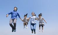 写真 4 people Family ? Jump ? Sky(5549564)