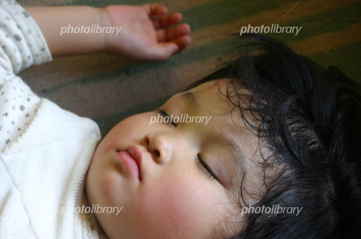 あどけない女の子の寝顔の写真