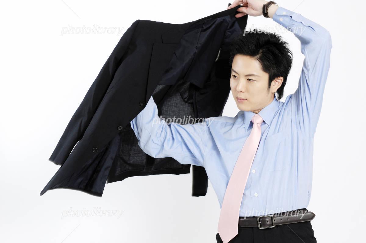 スーツの上着を着るビジネスマン 写真素材 [ 930990 ] - フォトライブ ...