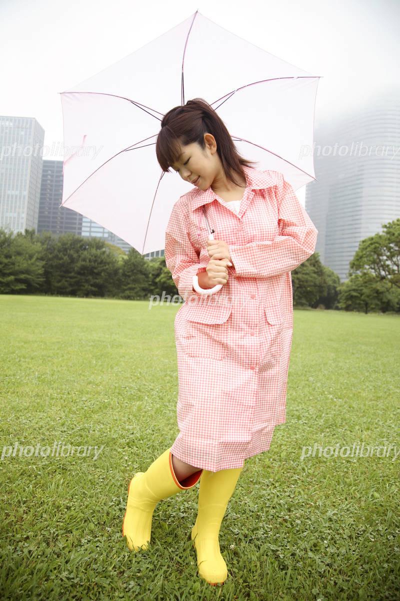 長靴を履いた足元を見る女性 写真素材 1030729 フォトライブ