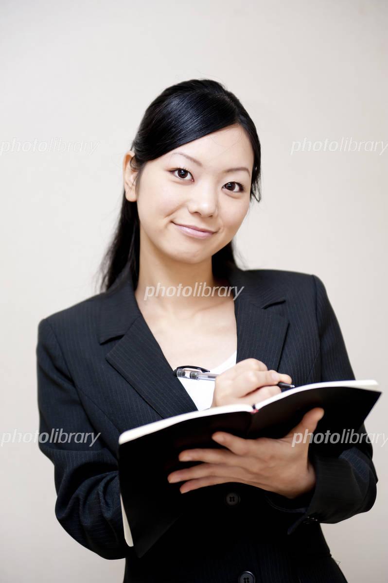 スーツ 女性 秘書の写真