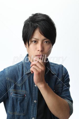 イケメン男子 顎に手 写真素材 2784132 フォトライブラリー
