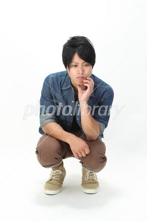 イケメン男子 しゃがんで物思いにふける-stock photo  イケメン男子 しゃがんで物思い