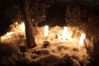 雪の上に置かれた灯明
