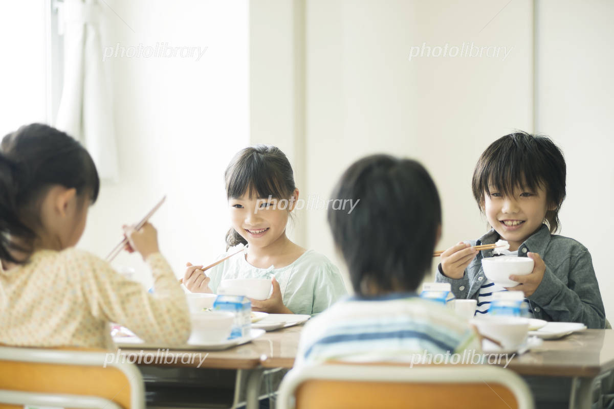 Elementary school students eat lunch Photo