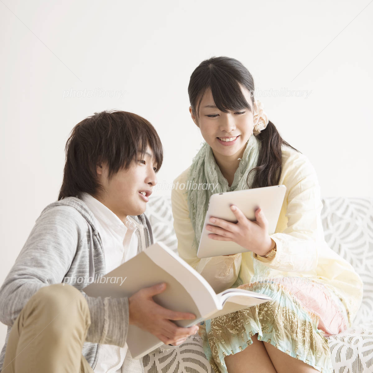 Couple to see the tablet PC Photo