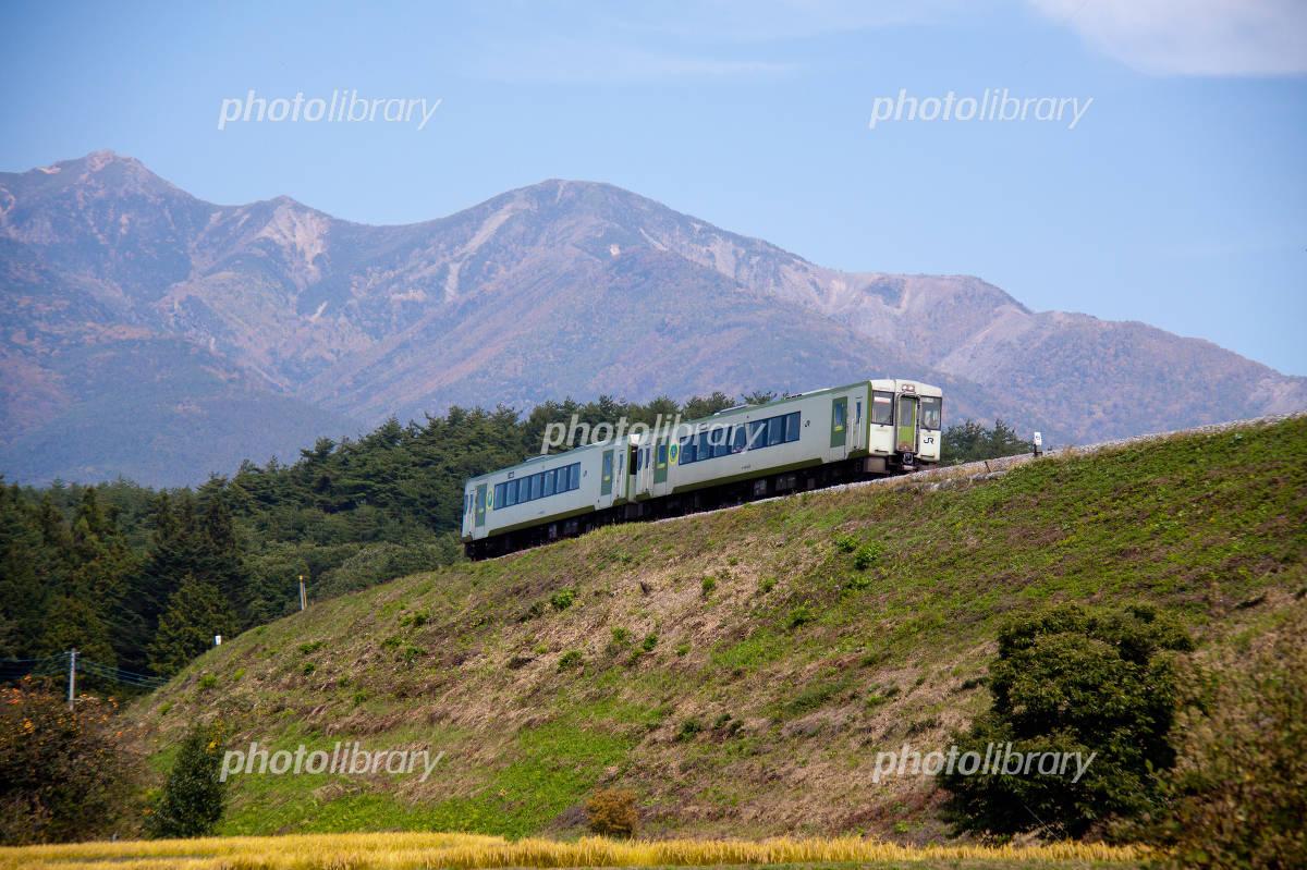 秋の八ヶ岳と高原列車 写真素材 3426883 フォトライブラリー