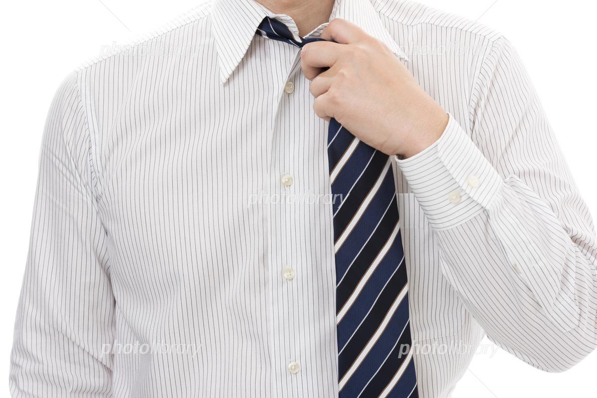 ネクタイを緩めるビジネスマン 写真素材 5081950 フォトライブ